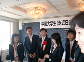 First Lady Akie Abe joins group of Chinese university students visiting Japan.