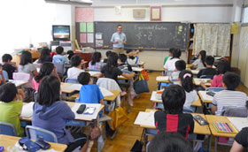 Giving lesson at Tachiai Elementary School in Shinagawa Ward, Tokyo (6/26)